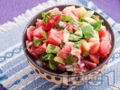 Рецепта Салата с розови домати, червен лук и авокадо